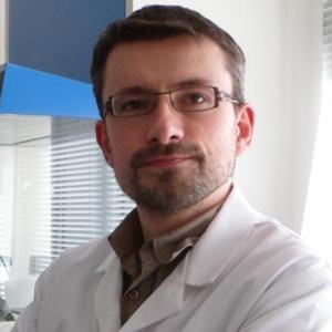 Dans la journée, le docteur Durand martyrise des plantes ou des levures dans un laboratoire universitaire...
